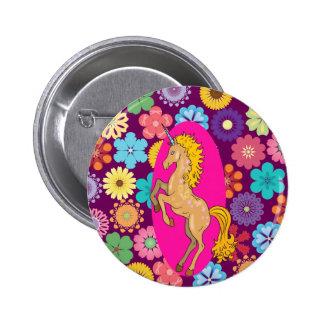 Unicornio místico colorido en las flores púrpuras  pin