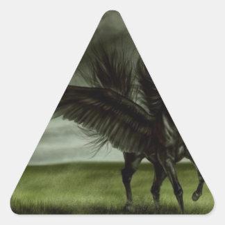Unicornio negro en campo abierto pegatina triangular