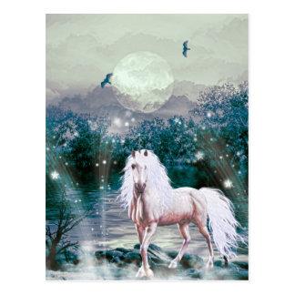 Unicornio por el claro de luna tarjeta postal