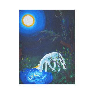 Unicornio por una charca en claro de luna lona estirada galerias