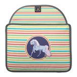 Unicornio púrpura en rayas brillantes del arco fundas macbook pro