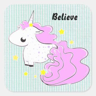 Unicornio rosado del dibujo animado con el pegatina cuadrada