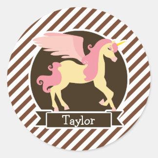 Unicornio rosado y amarillo de la fantasía; Rayas Pegatina Redonda