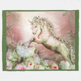 Unicornio y una manta color de rosa del paño manta de forro polar