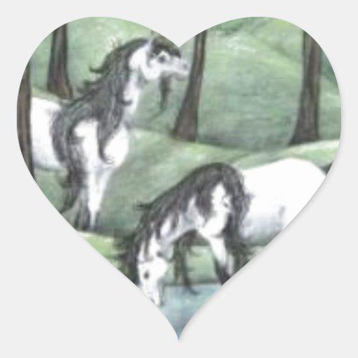 Unicornios en bosque pegatina en forma de corazón