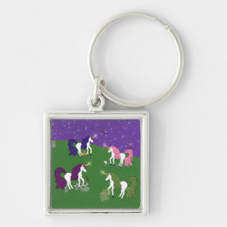 Unicornios en campo bajo arte púrpura del dibujo a llavero