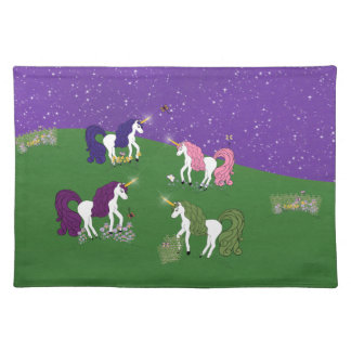 Unicornios en campo bajo arte púrpura del dibujo a mantel individual