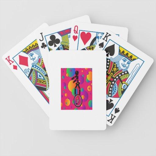 Unicycle fantástico en el circo con el fondo baraja cartas de poker