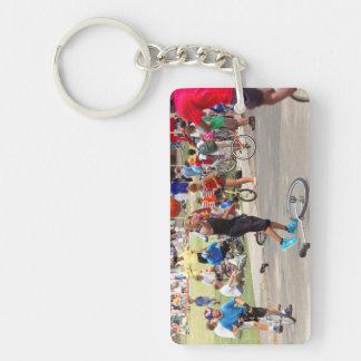 Unicyclist - baloncesto - reglas de la calle llavero rectangular acrílico a doble cara