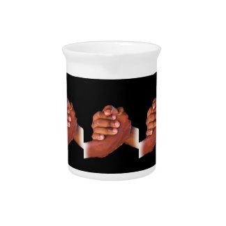 Unidad y amor, mano en Hand_ Jarras Para Bebida
