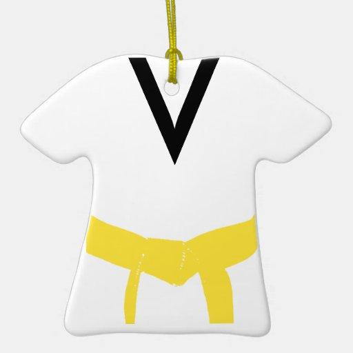 Uniforme amarillo de la correa de los artes adorno navideño de cerámica en forma de playera
