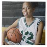 Uniforme del baloncesto del adolescente que lleva  azulejo cuadrado grande
