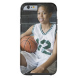 Uniforme del baloncesto del adolescente que lleva funda para iPhone 6 tough
