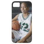 Uniforme del baloncesto del adolescente que lleva iPhone 5 funda