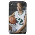 Uniforme del baloncesto del adolescente que lleva  iPod Case-Mate cobertura