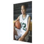 Uniforme del baloncesto del adolescente que lleva  lienzo envuelto para galerías