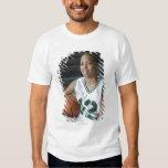 Uniforme del baloncesto del adolescente que lleva playera