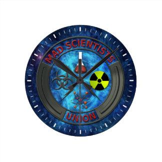 Unión enojada del científico reloj redondo mediano