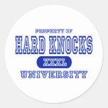Universidad dura de los golpes pegatinas redondas