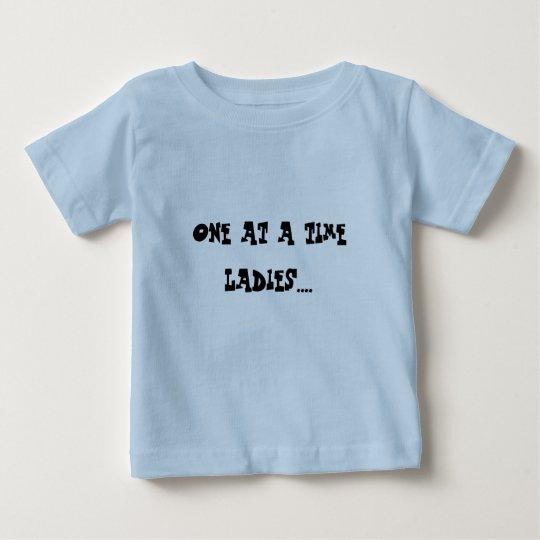 Uno a la vez señoras…. playera de bebé