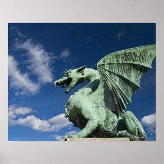 Uno de los cuatro dragones de bronce en el dragón poster