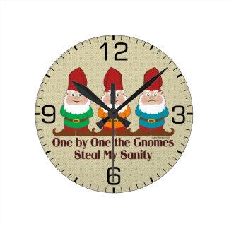 Uno por uno los gnomos reloj redondo mediano
