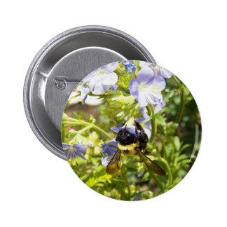 Upside-down manosee la abeja pin redondo de 2 pulgadas