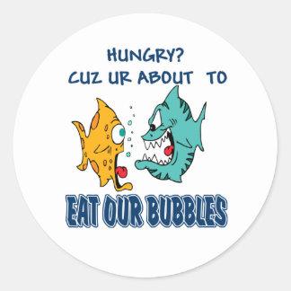 Ur alrededor para comer nuestras burbujas pegatina redonda