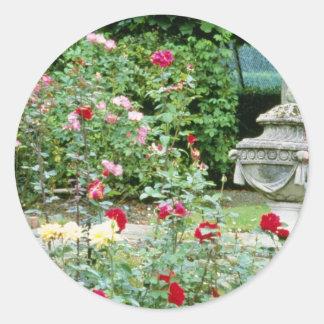 Urna clásica con los rosas en flores del primero p pegatinas redondas