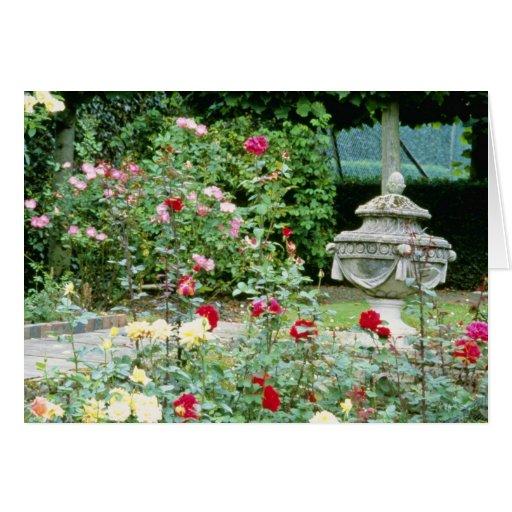 Urna clásica con los rosas en flores del primero p felicitacion