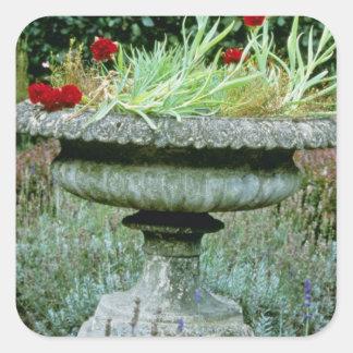 Urna plantada con las flores del clavel calcomanía cuadrada personalizada