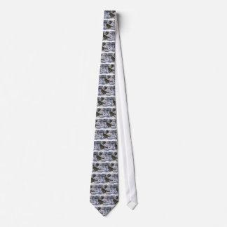 Urogallo superado que se coloca en una porción nev corbatas personalizadas