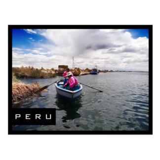 Uros en postal negra del marco del lago Titicaca,