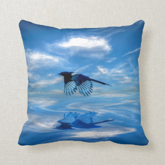 Urraca azul que vuela y cielo reflejado