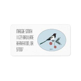 Urraca con la etiqueta de las bayas del navidad etiquetas de dirección