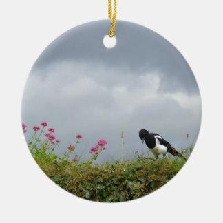 Urraca y flores salvajes adorno navideño redondo de cerámica