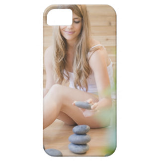 USA, New Jersey, Jersey City, Woman arranging iPhone 5 Cover
