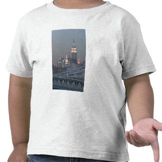 USA New York City View of Manhattan Bridge Tee Shirts