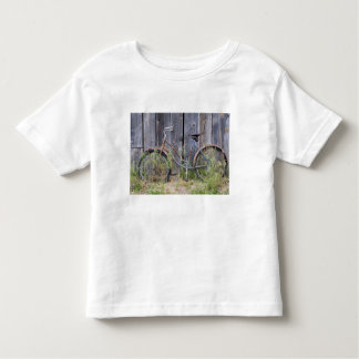 USA, Oregon, Bend. A dilapidated old bike Toddler T-shirt