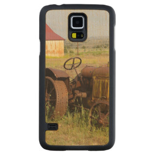 USA, Oregon, Shaniko. Rusty vintage tractor in Carved Maple Galaxy S5 Case
