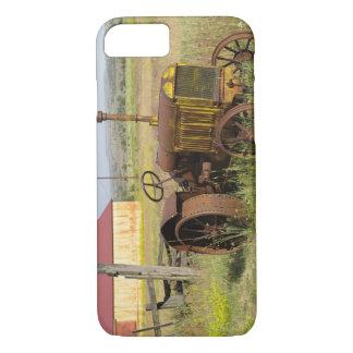 USA, Oregon, Shaniko. Rusty vintage tractor in iPhone 7 Case