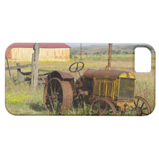 USA, Oregon, Shaniko. Rusty vintage tractor in iPhone SE/5/5s Case