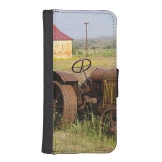 USA, Oregon, Shaniko. Rusty vintage tractor in iPhone SE/5/5s Wallet