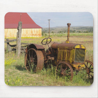 USA, Oregon, Shaniko. Rusty vintage tractor in Mouse Pad