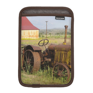 USA, Oregon, Shaniko. Rusty vintage tractor in Sleeve For iPad Mini