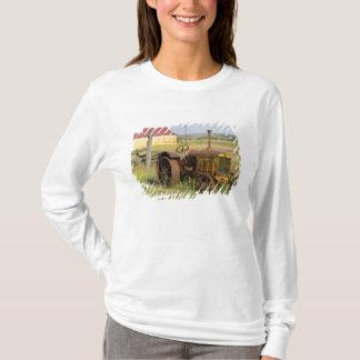 USA, Oregon, Shaniko. Rusty vintage tractor in T-Shirt