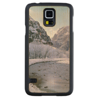 USA, Utah, Zion NP. New snow covers the canyon Carved® Maple Galaxy S5 Case