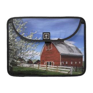 USA, Washington, Ellensburg, Barn MacBook Pro Sleeve