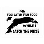 Usted coge la comida de pescados postales