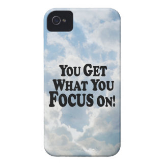 ¡Usted consigue lo que usted se enfoca encendido!  iPhone 4 Case-Mate Cárcasa